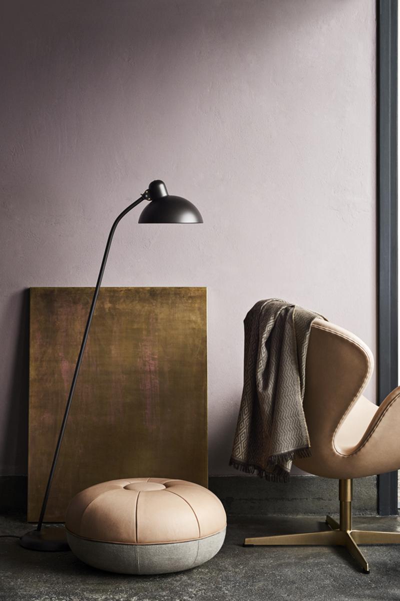 L'hommage est prolongé par trois accessoires: le lampadaire classique Kaiser idell, le pouf créé par Cecilie Manz et enfin le plaid en laine mérinos extra-fine.