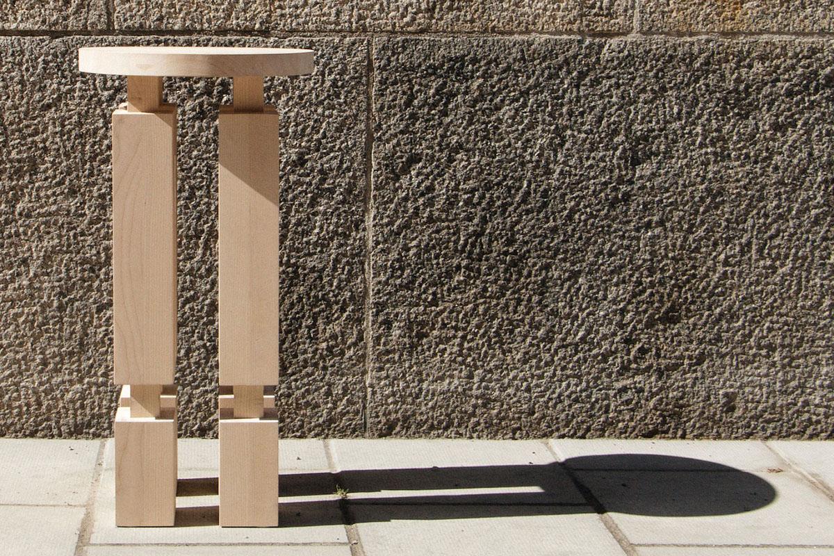 Le tabouret en bois Kubb du studio de design suédois Reko Studio