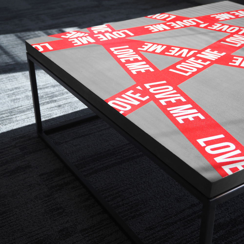 LOVE ME COFFEE TABLE par le street artiste LE SONNEUR