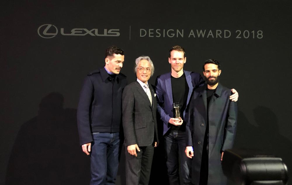 Lexus Design Award 2018. De g. à d.: Simone Farresin de Formafantasma (mentor), Yoshihiro Sawa (Président, L e x u s I n t e r n a t i o n a l ) , E l l i o t t P. Montgomery d'Extrapolation Factory (lauréat du Grand Prix), Andrea Trimarchi de Formafantasma (mentor)