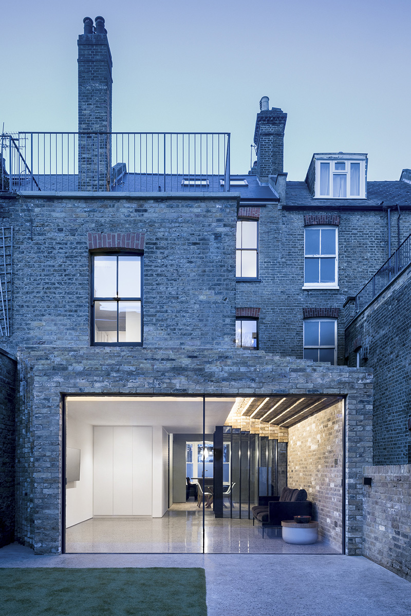 Step House, l'extension d'une maison conventionnelle de Londres par le studio Bureau de Change