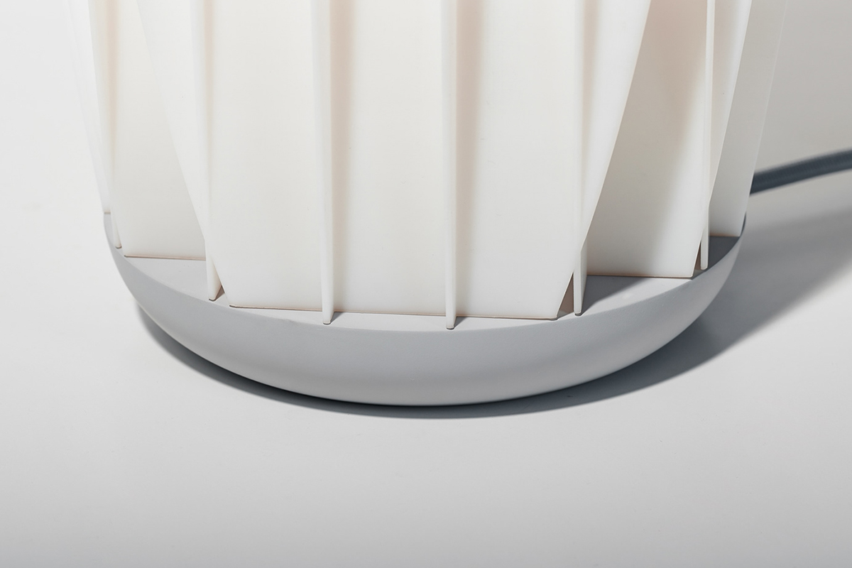 Sopp la lampe de table graphique et minimaliste de Max Voytenko