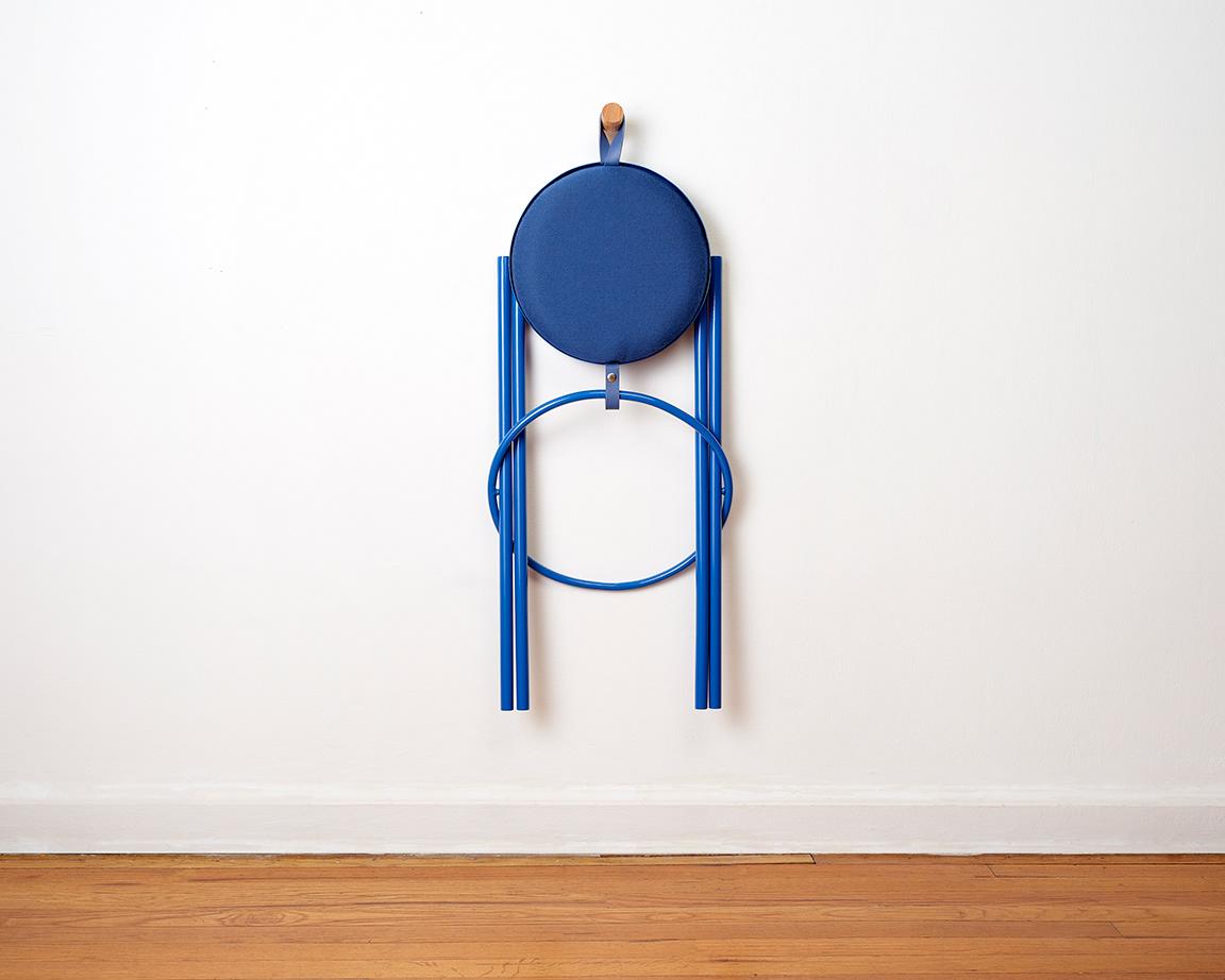 Hanging Stool le tabouret à transporter par Leadoff Studio
